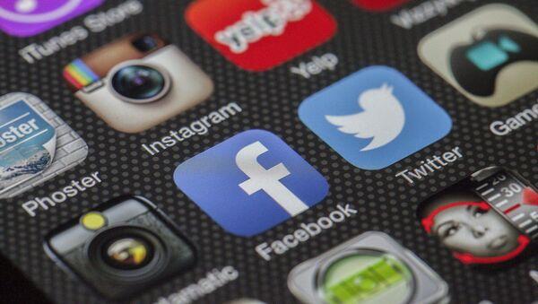 Смартфоны с приложениями Facebook и Twitter - Sputnik Беларусь