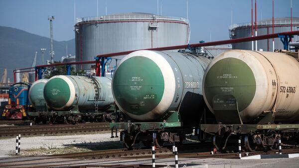 Нефтебаза на территории морского торгового порта - Sputnik Беларусь