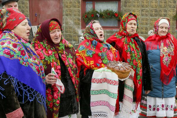 Рана раніцай вясковыя жанчыны збіраюцца разам, каб падрыхтавацца да свята. - Sputnik Беларусь