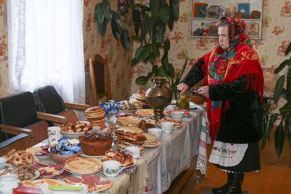 У хаце ўдзельнікаў свята чакае багаты стол. - Sputnik Беларусь
