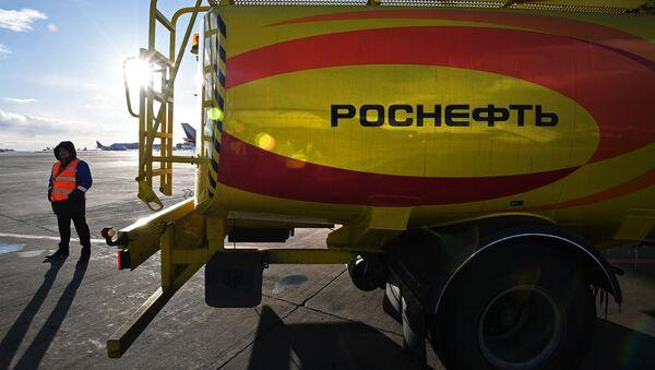Автомобиль для перевозки топлива компании Роснефть - Sputnik Беларусь