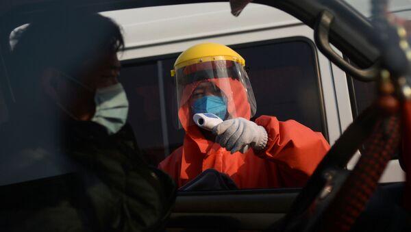 Китайские врачи измеряют температуру - Sputnik Беларусь