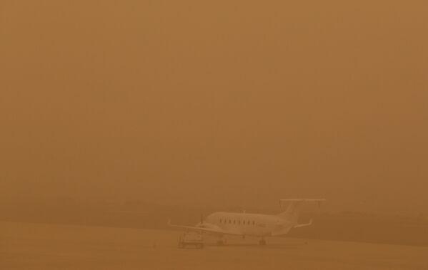 В аэропорту Лас Пальмас на Канарских островах видимость очень плохая - Sputnik Беларусь