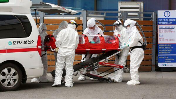 Пациент с коронавирусом доставлен в больницу в Чхунчхоне - Sputnik Беларусь