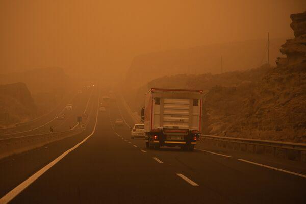 Автомобили на трассе TF-1 на Тенерифе во время песчаной бури - Sputnik Беларусь