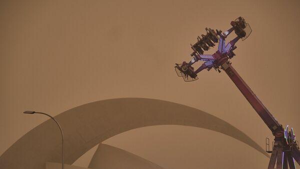 Аттракционы в Санта-Крус-де-Тенерифе во время песчаной бури - Sputnik Беларусь