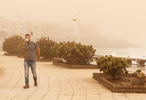 Мужчина в маске во время песчаной бури на острове Гран-Канария - Sputnik Беларусь