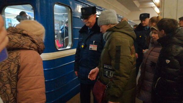 Пьяный, что ли? Мужчина оказался на рельсах синей ветки метро - видео - Sputnik Беларусь