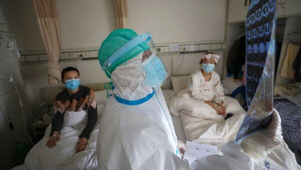 Медик работает в госпитале Уханя - Sputnik Беларусь