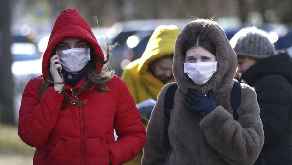 Девушки в масках у инфекционной больницы Минска - Sputnik Беларусь