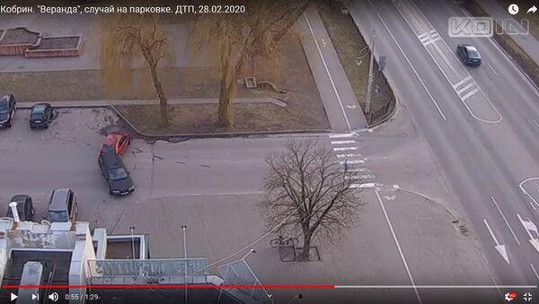 Две женщины не поделили парковку в одном из дворов Кобрина - видео - Sputnik Беларусь