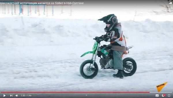 Скоро в школу, а уже на байке: как тренируется юный мотокроссмен - видео - Sputnik Беларусь