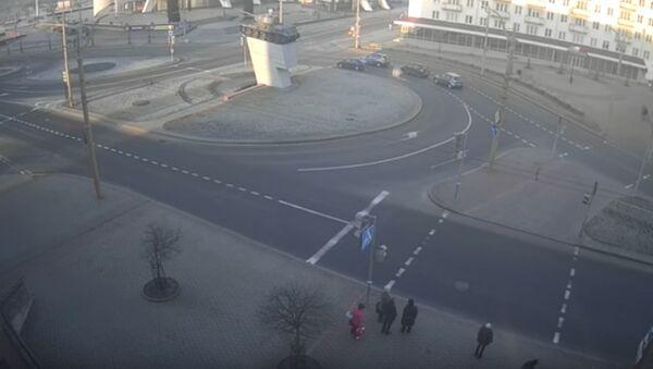 В Гродно легковушка выехала на переход с людьми - Sputnik Беларусь