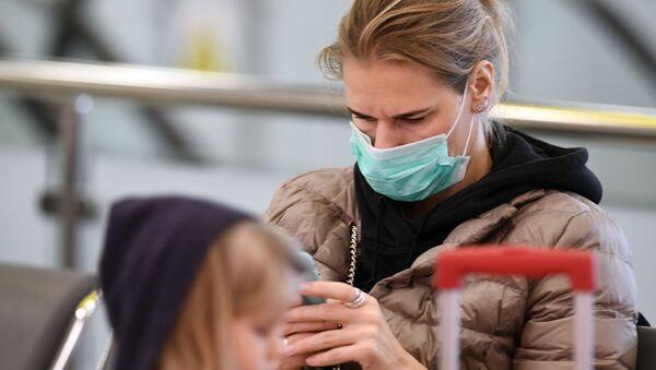 Пассажирка в маске в аэропорту - Sputnik Беларусь