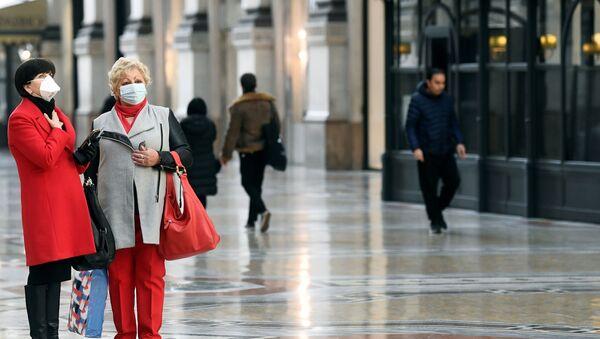 Женщины в защитных масках в Милане - Sputnik Беларусь