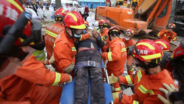 Спасатели работают на месте обрушения гостиницы в Китае - Sputnik Беларусь