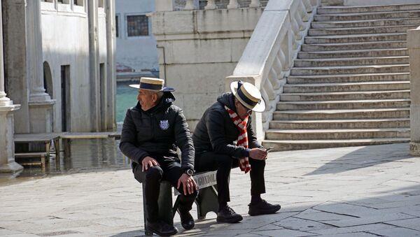 Гондольеры по привычке приходят на работу, но туристов в Венеции нет - Sputnik Беларусь