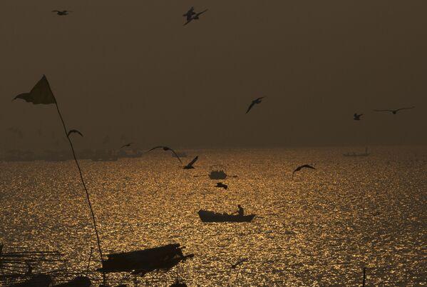 Рака Ганга - адна з самых паўнаводных (разам з Брахмапутрай займае трэцяе месца ў свеце па ваданоснасці пасля Амазонкі і Конга) і доўгіх рэк Паўднёвай Азіі. Сярод схілаў Гімалаяў, дзе вялікая рака Ганга бярэ свой пачатак, яе воды крыштальна чыстыя, але бліжэй да гарадоў яна ператвараецца ў каламутную і брудную. Мільярд індусаў лічаць раку святой, аднак смецце штогод забруджвае яе. - Sputnik Беларусь