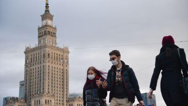 Прахожыя ў масках на вуліцы ў Варшаве - Sputnik Беларусь