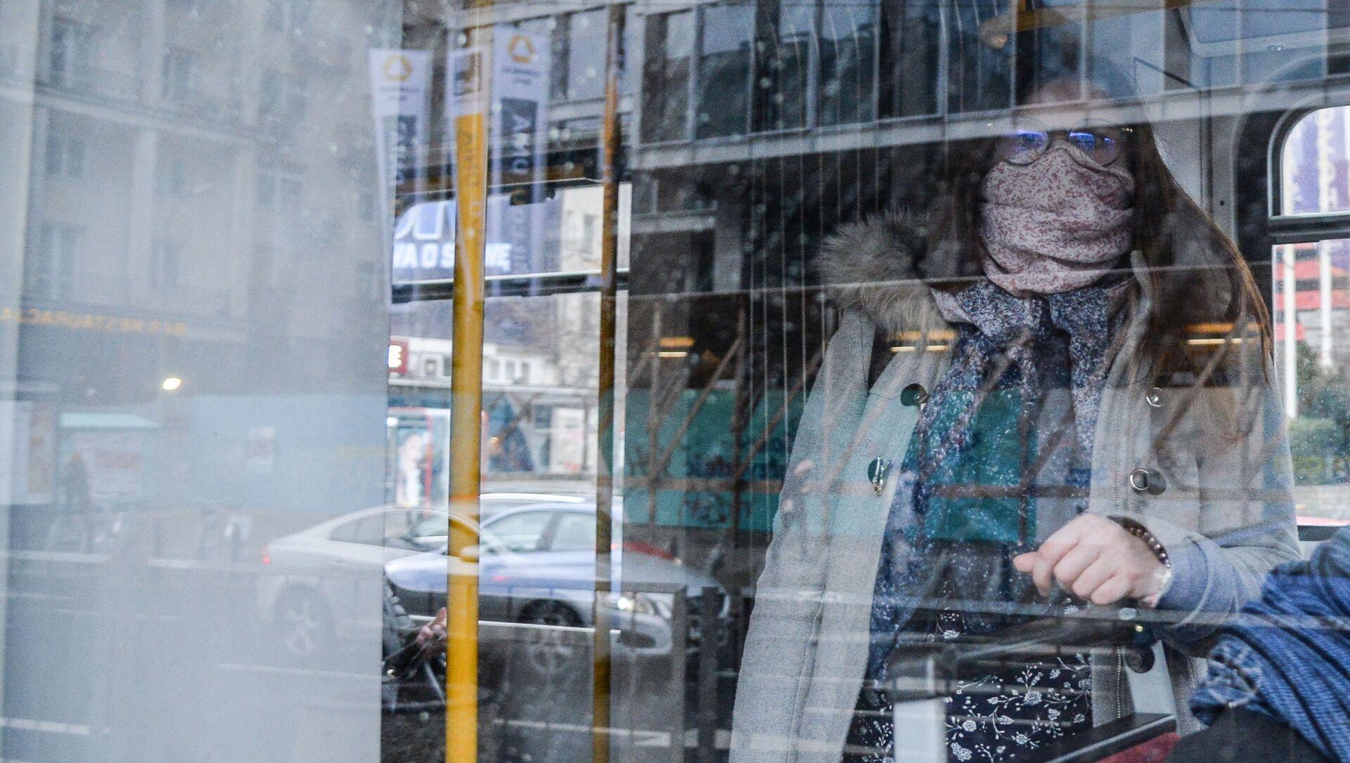 Женщина закрылась шарфом в общественном транспорте Варшавы - Sputnik Беларусь, 1920, 25.03.2021