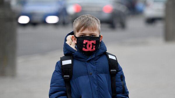 Хлопчык у ахоўнай масцы ў Мінску - Sputnik Беларусь