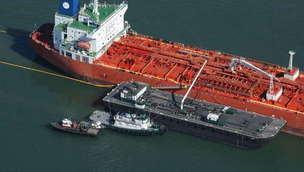 Нафтавы танкер у порце - Sputnik Беларусь