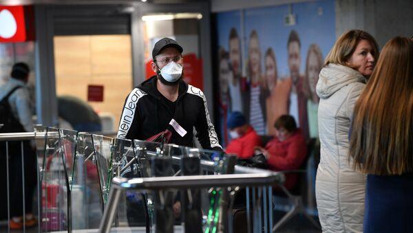Пассажиры в Национальном аэропорту Минск - Sputnik Беларусь