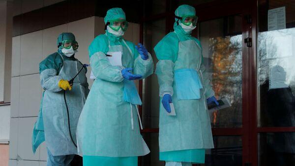 Урачы ў спецыяльнай форме падчас шпіталізацыі людзей з падазрэннем на каронавірус - Sputnik Беларусь