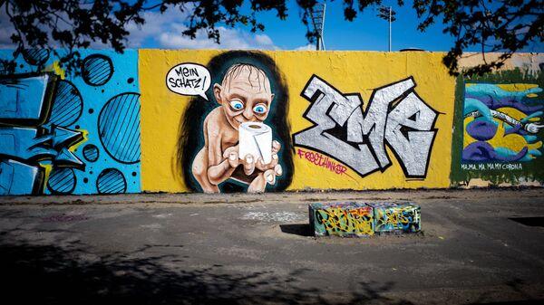 Графіці мастака Эме Фрытхінкера з Голумам і рулонам туалетнай паперы ў берлінскім Парку Мауэр - Sputnik Беларусь