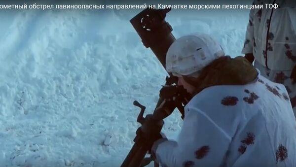 Морпехи обстреляли минами лавиноопасный участок у вулкана - видео - Sputnik Беларусь