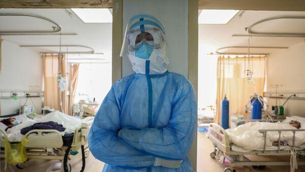 Медицинский работник отдыхает в изоляторе больницы Красного Креста в Ухане  - Sputnik Беларусь