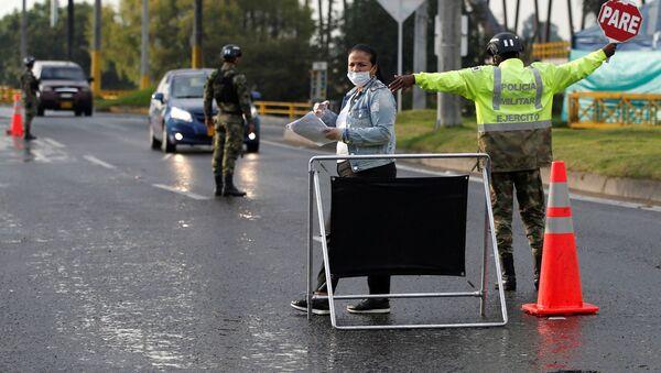 Заграждение и проверка на дорогах из-за ситуации с коронавирусом - Sputnik Беларусь