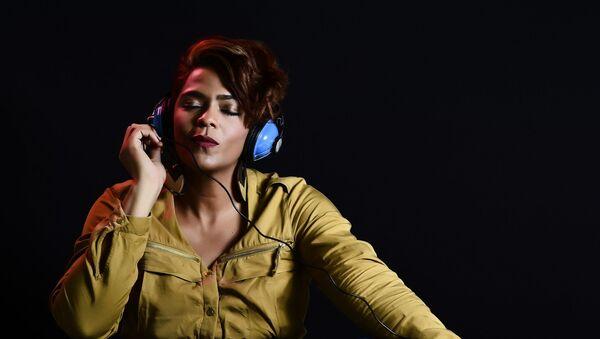 Девушка слушает музыку, архивное фото - Sputnik Беларусь
