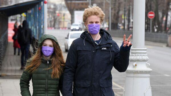 Маладыя людзі ў ахоўных масках - Sputnik Беларусь