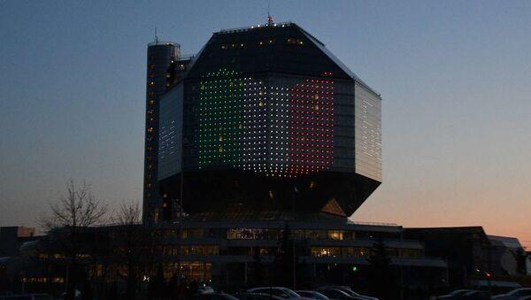 Национальная библиотека в Минске зажглась в цвета итальянского флага - Sputnik Беларусь