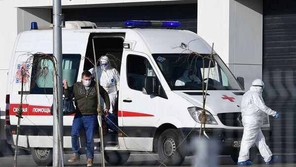 Врачи скорой медицинской помощи доставили пациента с подозрением на коронавирус в больницу в Коммунарке - Sputnik Беларусь