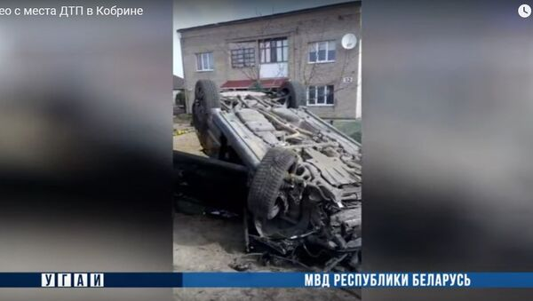 Porsche врезался в автобус и перевернулся: видео с места смертельного ДТП - Sputnik Беларусь