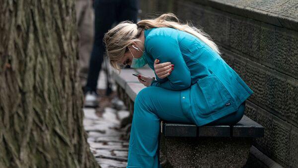Медработник на скамейке в Центральном парке Нью-Йорка - Sputnik Беларусь