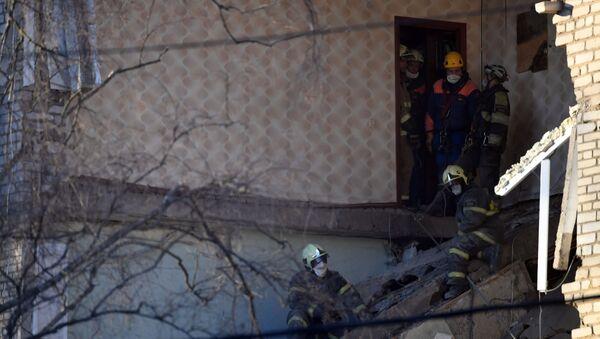 Сотрудники МЧС РФ в поврежденном, в результате взрыва бытового газа, жилом доме в Орехово-Зуево - Sputnik Беларусь