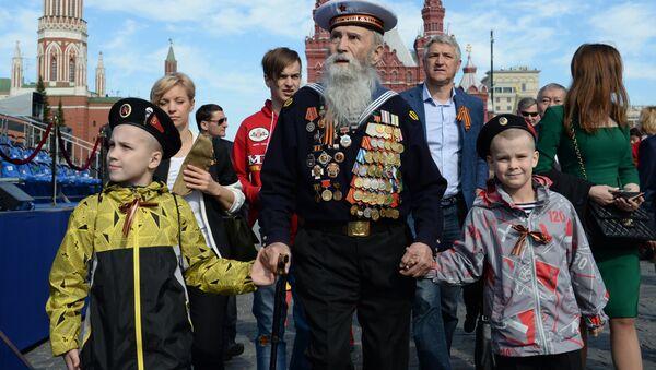 Ветэран з дзецьмі перад пачаткам ваеннага парада - Sputnik Беларусь
