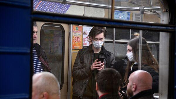 Пассажиры минского метро в защитных масках - Sputnik Беларусь