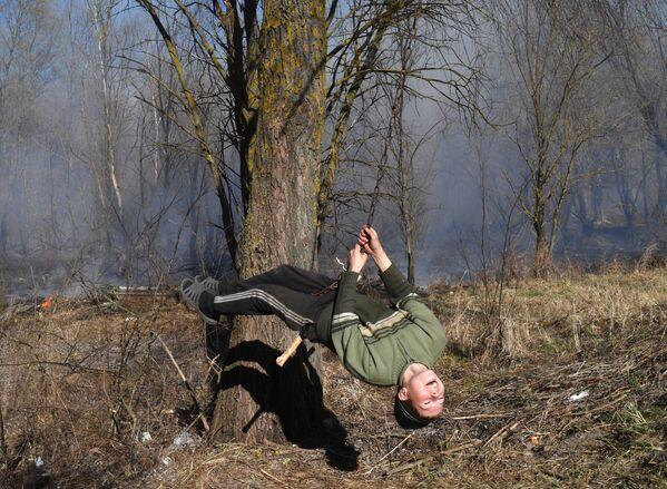 Дзеці катаюцца на ланцугу, прывязаным да дрэва. - Sputnik Беларусь
