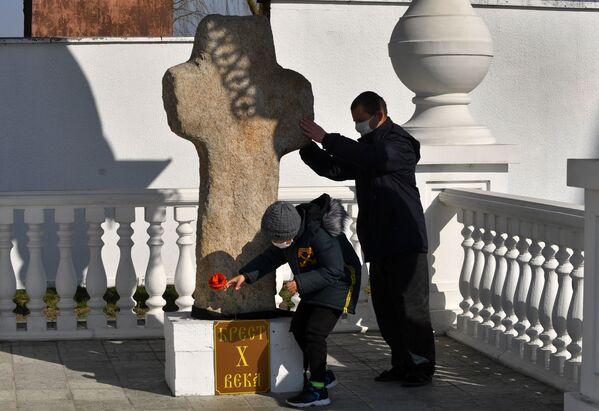 Знакаміты тураўскі каменны крыж у двары храма. - Sputnik Беларусь