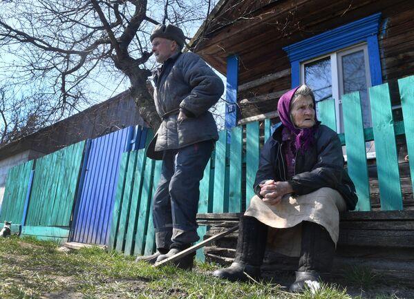 Пажылыя людзі каля свайго дома ў вёсцы Запясочча. - Sputnik Беларусь