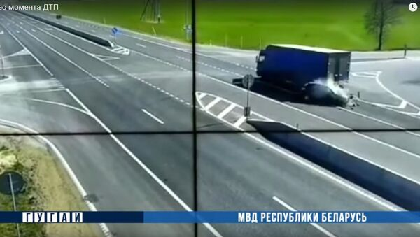 Водитель легковушки выжил, вылетев под фуру на гродненской трассе - видео - Sputnik Беларусь