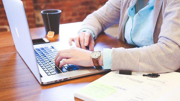 Девушка работает на ноутбуке - Sputnik Беларусь