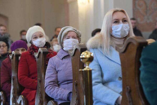 На Вялікдзень некаторыя касцёлы таксама вядуць стрым-трансляцыі святочных набажэнстваў. - Sputnik Беларусь