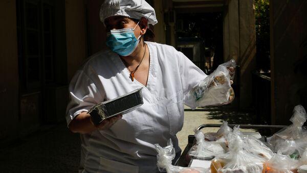 В больницу, где лечатся заболевшие коронавирусом, доставляет еду  - Sputnik Беларусь