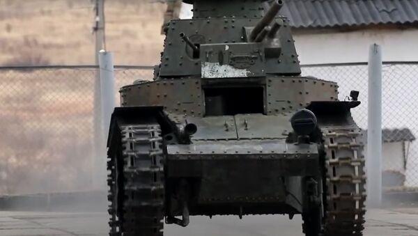 Военные реставраторы вернули в строй первый советский танк - видео - Sputnik Беларусь