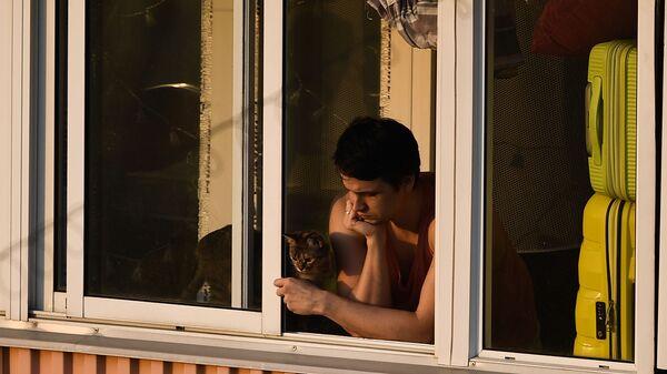Малады чалавек на балконе шматкватэрнага дома - Sputnik Беларусь